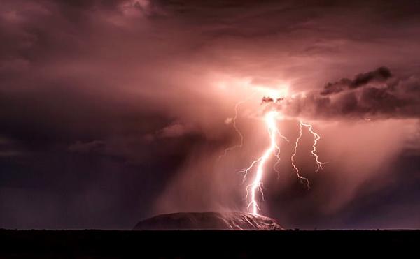 澳沙漠风暴带来惊天闪电 光线照亮艾尔斯巨石