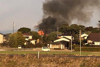 日AH64直升机坠落幼儿园 冒出浓烟