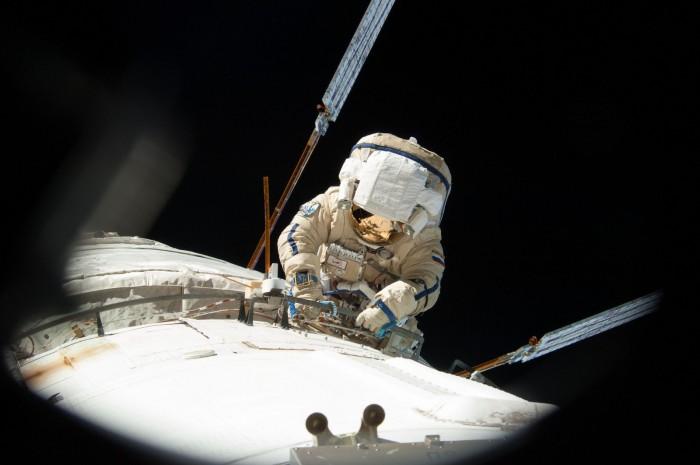 俄宇航员太空行走创纪录 却把重要天线装错位置