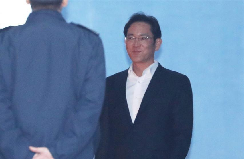 三星太子李在镕被关一年后获释强忍微笑(图)