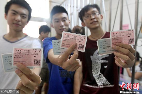 资料图:市民展示实名制火车票。 (王晓峰 摄 图片来源:视觉中国)