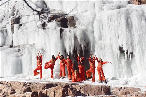 中外美女齐聚伏羲山秀瑜珈 穿中国红举红灯笼迎立春