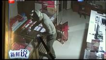 珠宝店闯入不速之客蒙面 持铁锤砸柜洗劫一空