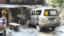 面包车失控撞上人行道起火  众市民勇敢施救争取时间