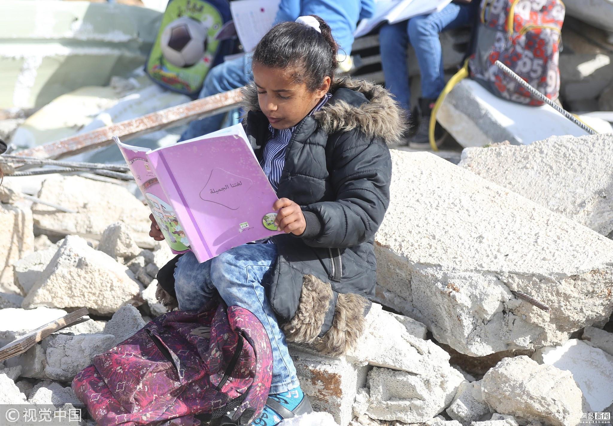 巴勒斯坦学校遭以色列强拆 儿童废墟上看书