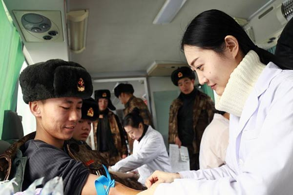 新疆石河子市中心血库告急 400余官兵寒冬排队献血