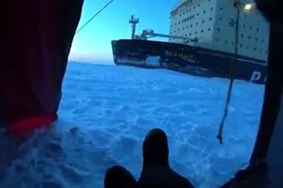 俄破冰船驶经帐篷壮观画面震惊露营者