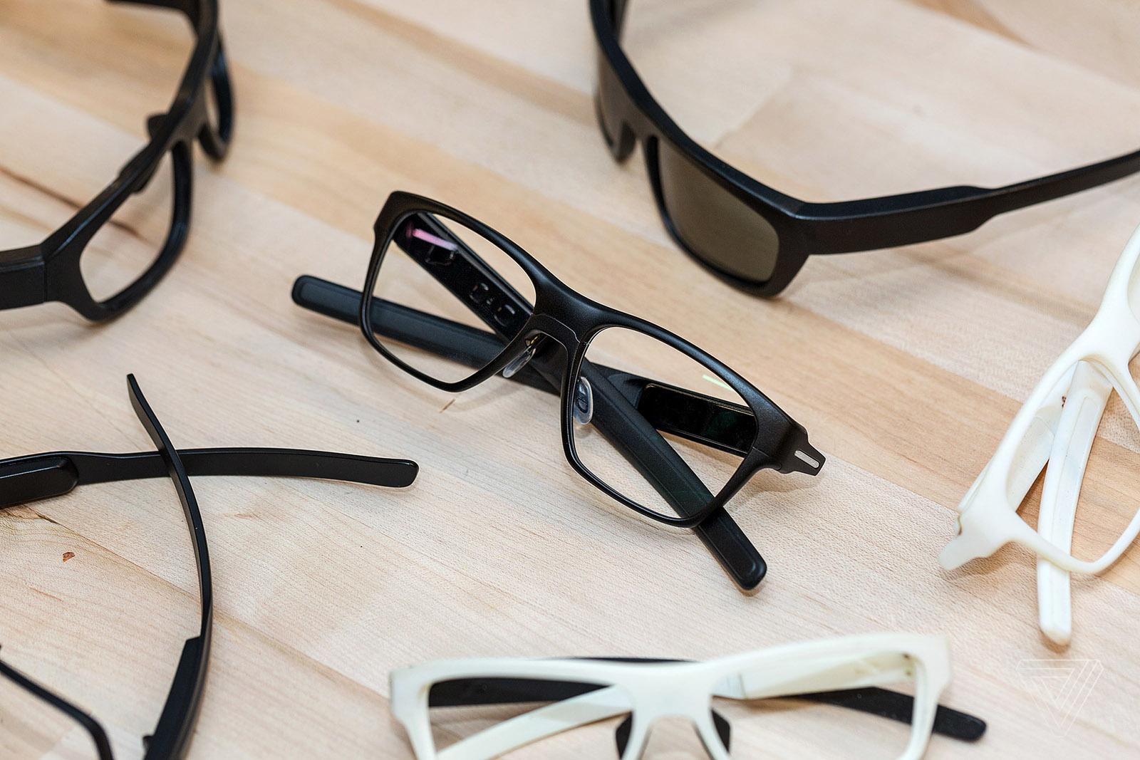 英特尔推出智能眼镜 外媒:看起来非常一般