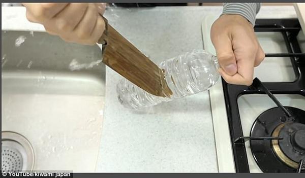 """""""木""""瞪口呆!日工匠手工制作木刀 可刺穿塑料瓶"""