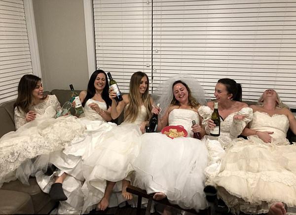 加女子开派对庆祝离婚 闺蜜均穿婚纱力挺