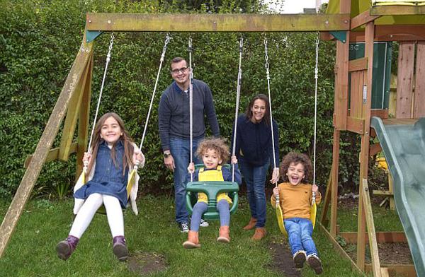 英五口之家全为模特 工作同时享受家庭乐趣