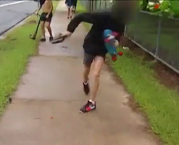 澳电视台摄影师阻止暴力少年欺负孩童遭殴打