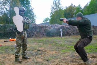 看战斗民族特种兵怎样练枪:让队友站对面拿着靶