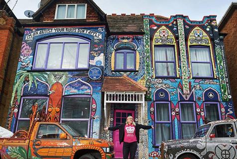 英艺术家花20年将房屋墙面变成马赛克壁画
