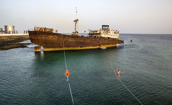 西班牙冒险者旧船上走绳索秀惊艳特技