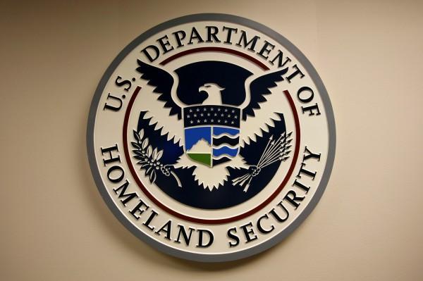 美国土安全部官员蠢哭:机密忘飞机上被CNN捡走
