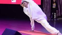 六旬大爷练瑜伽10年 高难度动作令人膜拜