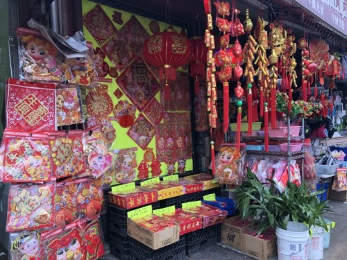 春节即将到来,挂饰店都是红火火的一片,迎来销售高峰。(美国《世界日报》记者/黄伊奕 摄)