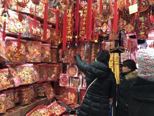 """美媒:纽约布鲁克林""""年味儿""""浓 春节特色商品热销"""