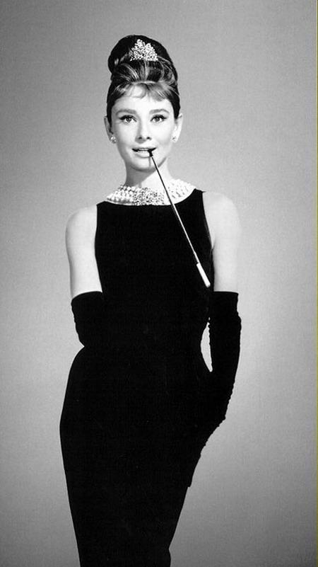 赫本式优雅已成过去,格莱美提名的法国女星重新诠释风靡60年代的娃娃领小黑裙