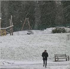 英国气温骤降迎冰雪 旅游出行受影响