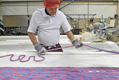 老照片记录英老字号糖果厂制糖工艺