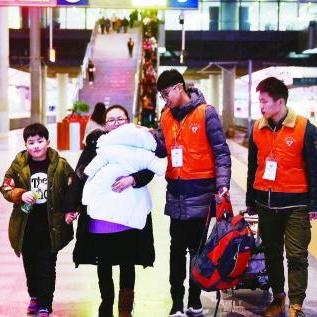 600多名青年志愿者服务南京春运