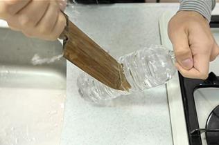 木瞪口呆!日工匠手工制作木刀 可刺穿塑料瓶