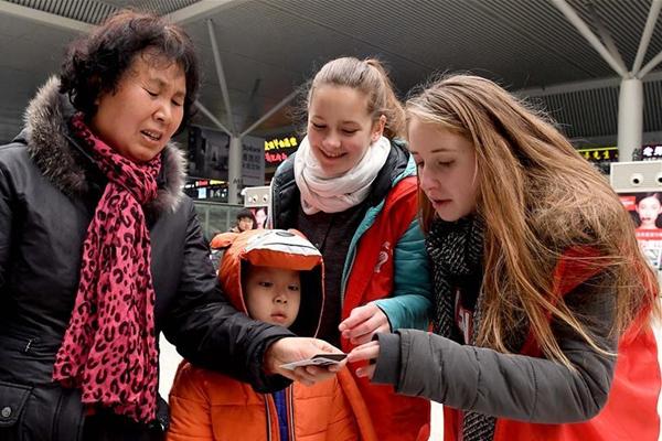 郑州东站来了外籍志愿者