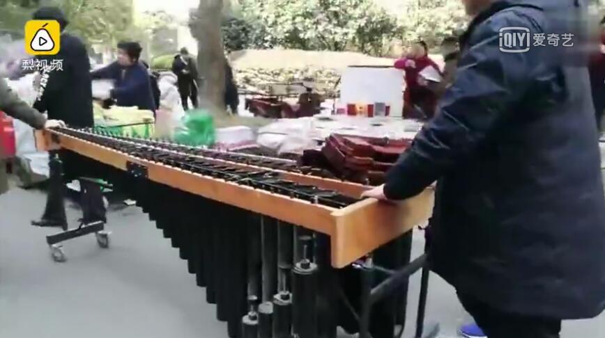 男生带罕见乐器参加艺考 价值10多万
