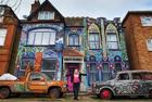 英艺术家将墙面变壁画