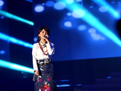 阿兰参加节目首唱新歌《吉祥三聚》