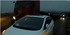 女司机把车扔高速 步行下车去找油致交通拥堵1小时