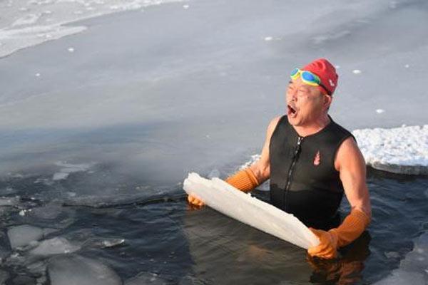 长春64岁老人冰水中锻炼