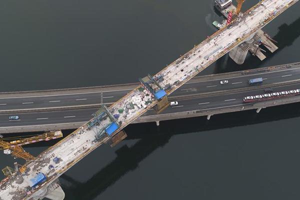 汉十高铁浪河特大桥跨高速连续梁合拢