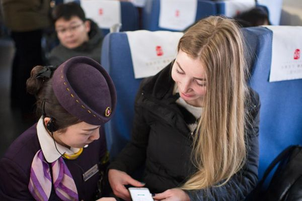 乌克兰女留学生体验中国高铁智慧