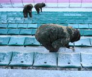 2018平昌冬奥会前瞻:士兵客串工作人员 清理座位冰块