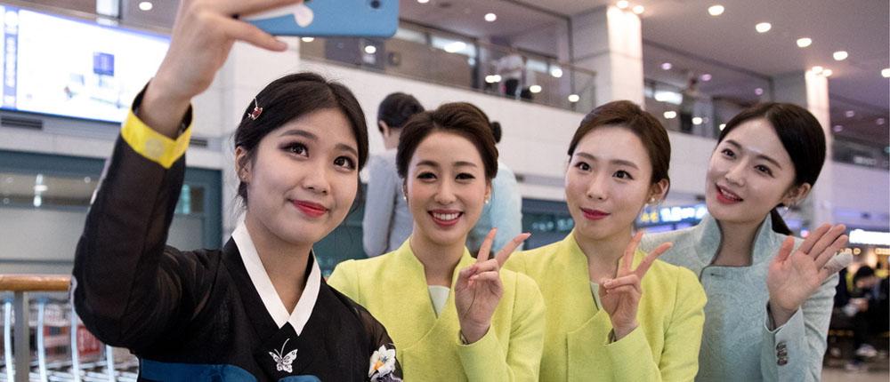 运动员及游客抵达仁川机场 志愿者高颜值抢镜