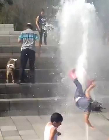 惊魂一幕!墨西哥女童被喷泉喷起后落地幸无碍