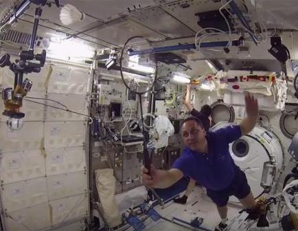 俄日美航天竞赛 宇航员在空间站打羽毛球