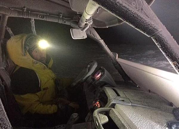 英两名滑雪者山中迷路被困 智挖雪洞取暖终获救