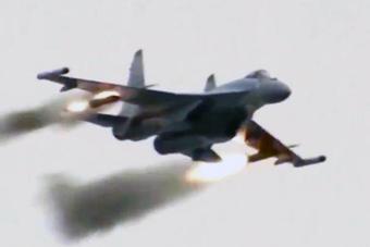 央视首度曝光空军苏35战机训练画面 猛打火箭弹