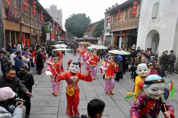 福州三坊七巷民俗踩街迎新春