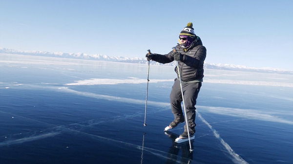 英勇!英冒险家溜冰横跨宽137千米冰湖