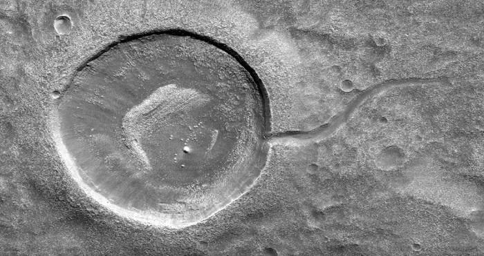 NASA拍到新火星陨石坑:形状跟蝌蚪非常相像