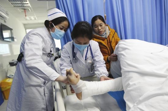 男孩摔伤后感染超级细菌抢救15天 肺部被严重侵蚀