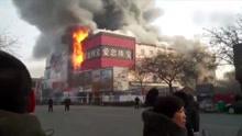 河北一百货大楼起火 现场黑烟滚滚