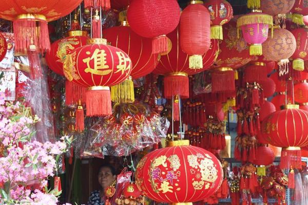 """中国""""小年"""" 柬埔寨街头挂起大红灯笼"""