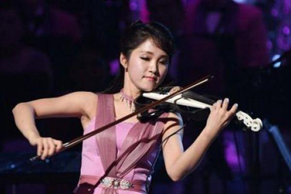 朝鲜艺术团唱《见到你很高兴》,观众不断起立鼓掌