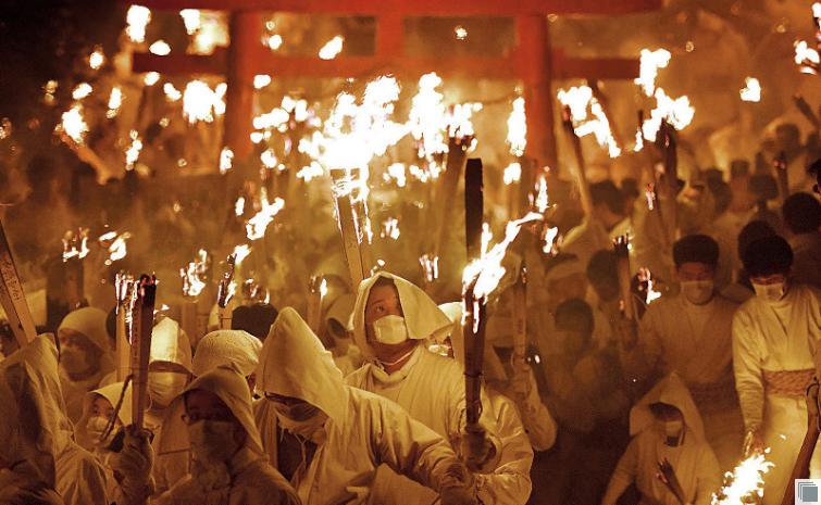 """日本奇葩祭祀活动之一""""御灯祭"""":男性""""披麻戴孝""""禁止女性参加"""